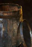 Παλαιό ξύλινο βαρέλι και μια στεφάνη σιδήρου Στοκ φωτογραφίες με δικαίωμα ελεύθερης χρήσης
