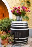 Παλαιό ξύλινο βαρέλι και όμορφα ζωηρόχρωμα λουλούδια Στοκ εικόνες με δικαίωμα ελεύθερης χρήσης