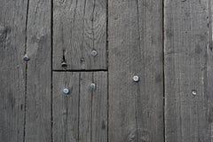 Παλαιό ξύλινο γκρίζο πάτωμα με τα καρφιά στοκ εικόνες