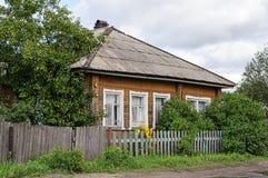 Παλαιό ξύλινο εξοχικό σπίτι με τη στέγη πλακών Στοκ φωτογραφία με δικαίωμα ελεύθερης χρήσης