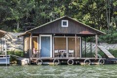 Παλαιό ξύλινο επιπλέον σπίτι Σαββατοκύριακου συνόλων - ποταμός Sava - Βελιγράδι - Στοκ Φωτογραφία