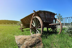 Παλαιό ξύλινο κάρρο σε μια πράσινη χλόη, άλογο βαγονιών εμπορευμάτων, παλαιό ξύλινο κάρρο για Στοκ Εικόνες