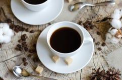 Παλαιό ξύλινο κολόβωμα καφέ φλυτζανιών ζευγαριού Στοκ εικόνες με δικαίωμα ελεύθερης χρήσης