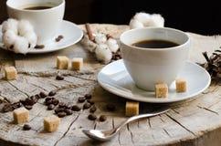 Παλαιό ξύλινο κολόβωμα καφέ φλυτζανιών ζευγαριού Στοκ Εικόνα