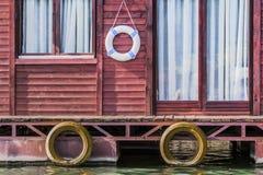 Παλαιό ξύλινο κόκκινο σπίτι Σαββατοκύριακου συνόλων στον ποταμό Sava - λεπτομέρεια Στοκ φωτογραφίες με δικαίωμα ελεύθερης χρήσης