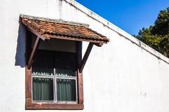 Παλαιό ξύλινο παράθυρο με τα παραθυρόφυλλα Στοκ Εικόνες