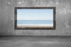 Παλαιό ξύλινο παράθυρο πλαισίων στον τοίχο με τη θάλασσα και τον ουρανό Στοκ φωτογραφίες με δικαίωμα ελεύθερης χρήσης