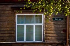 Παλαιό ξύλινο πλαίσιο παραθύρων σπιτιών άσπρο επάνω στοκ εικόνες με δικαίωμα ελεύθερης χρήσης