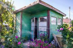 Παλαιό ξύλινο σπίτι κήπων στο λιθουανικό χωριό Στοκ Εικόνα
