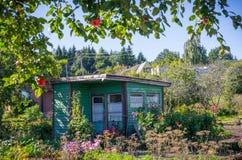 Παλαιό ξύλινο σπίτι κήπων, χρόνος συγκομιδών Στοκ Εικόνα