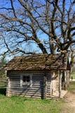 Παλαιό ξύλινο σπίτι κοντά στο δέντρο την άνοιξη Στοκ φωτογραφία με δικαίωμα ελεύθερης χρήσης
