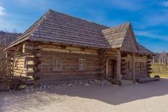 Παλαιό ξύλινο σπίτι, με ένα μέρος και τα παράθυρα Στοκ φωτογραφία με δικαίωμα ελεύθερης χρήσης