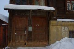 Παλαιό ξύλινο σπίτι με ένα παλαιό παράθυρο Στοκ Φωτογραφία