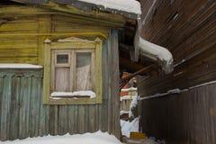 Παλαιό ξύλινο σπίτι με ένα παλαιό παράθυρο Στοκ εικόνα με δικαίωμα ελεύθερης χρήσης