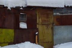 Παλαιό ξύλινο σπίτι με ένα παλαιό παράθυρο Στοκ εικόνες με δικαίωμα ελεύθερης χρήσης