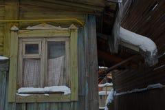 Παλαιό ξύλινο σπίτι με ένα παλαιό παράθυρο Στοκ φωτογραφία με δικαίωμα ελεύθερης χρήσης