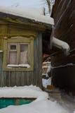 Παλαιό ξύλινο σπίτι με ένα παλαιό παράθυρο Στοκ Εικόνες