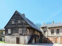Παλαιό ξύλινο σπίτι σε Ventspils στη Λετονία Στοκ εικόνα με δικαίωμα ελεύθερης χρήσης