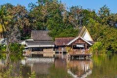 Παλαιό ξύλινο ταϊλανδικό περίπτερο ύφους που στηρίζεται στη λίμνη Στοκ Εικόνα