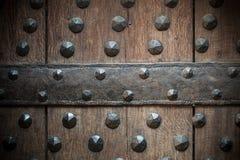 Παλαιό ξύλινο υπόβαθρο με τα καρφιά μετάλλων Στοκ Εικόνες