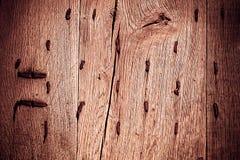 Παλαιό ξύλινο υπόβαθρο με τα σκουριασμένα καρφιά μετάλλων Στοκ Φωτογραφίες
