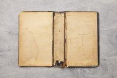 Παλαιό ξύλινο υπόβαθρο με το παλαιό βιβλίο στοκ εικόνες