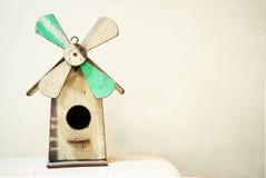 Παλαιό ξύλινο birdhouse στη μορφή ανεμόμυλων Στοκ Εικόνα