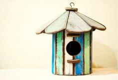 Παλαιό ξύλινο birdhouse στο ζωηρόχρωμο χρώμα Στοκ Εικόνες