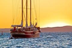 Παλαιό ξύλινο sailboat στο χρυσό ηλιοβασίλεμα στοκ φωτογραφίες με δικαίωμα ελεύθερης χρήσης