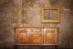 Παλαιό ξύλο γραφείων και παλαιό πλαίσιο εικόνων Στοκ Εικόνες