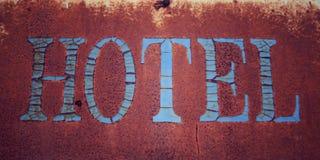 παλαιό οξυδωμένο σημάδι Λέξη «ΞΕΝΟΔΟΧΕΙΩΝ» ηλικίας φωτογραφία κλείστε επάνω Στοκ Φωτογραφίες