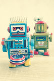 Παλαιό παιχνίδι ρομπότ στον ξύλινο πίνακα Στοκ Φωτογραφίες