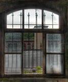 Παλαιό παράθυρο με τα πλέγματα Στοκ φωτογραφίες με δικαίωμα ελεύθερης χρήσης