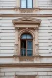 Παλαιό παράθυρο με τα στοιχεία της διαμόρφωσης στοκ φωτογραφία με δικαίωμα ελεύθερης χρήσης