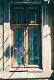 Παλαιό παράθυρο με το ραγισμένο χρώμα, εκλεκτής ποιότητας υπόβαθρο τουβλότοιχος με το παλαιό παράθυρο Στοκ φωτογραφία με δικαίωμα ελεύθερης χρήσης