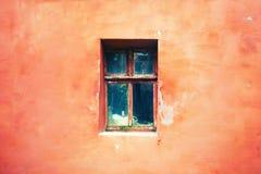 Παλαιό παράθυρο με το ραγισμένο χρώμα, εκλεκτής ποιότητας υπόβαθρο τουβλότοιχος με το παλαιό παράθυρο Στοκ Φωτογραφία