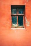 Παλαιό παράθυρο με το ραγισμένο χρώμα, εκλεκτής ποιότητας υπόβαθρο τουβλότοιχος με το παλαιό παράθυρο Στοκ Εικόνα