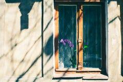 Παλαιό παράθυρο με το ραγισμένο χρώμα, εκλεκτής ποιότητας υπόβαθρο τουβλότοιχος με το παλαιό παράθυρο Στοκ Εικόνες