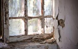 Παλαιό παράθυρο με το shabby ραγισμένο χρώμα Στοκ εικόνα με δικαίωμα ελεύθερης χρήσης