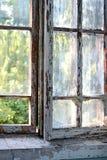 Παλαιό παράθυρο με το shabby ραγισμένο χρώμα Στοκ Εικόνες