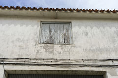 Παλαιό παράθυρο σιδήρου με τις ξύλινες άκρες σε μια ισπανική οδό παράδοση Στοκ Εικόνες