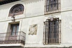 Παλαιό παράθυρο σιδήρου με τις ξύλινες άκρες σε μια ισπανική οδό παράδοση Στοκ Εικόνα