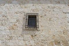 Παλαιό παράθυρο σιδήρου με τις ξύλινες άκρες σε μια ισπανική οδό παράδοση Στοκ εικόνες με δικαίωμα ελεύθερης χρήσης