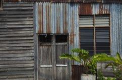 παλαιό παράθυρο σπιτιών παλαιός τοίχος σπιτιών με το ξύλινο παράθυρο Στοκ φωτογραφία με δικαίωμα ελεύθερης χρήσης