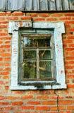 Παλαιό παράθυρο στην κάθετη χρωματισμένη σύνθεση με έναν παλαιό βρώμικο τοίχο των τούβλων Στοκ Εικόνες