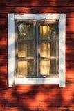 Παλαιό παράθυρο στο κόκκινο ξύλινο σπίτι Στοκ Εικόνα