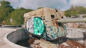 Παλαιό παράκτιο πυροβολικό με τα σύγχρονα γκράφιτι φιλμ μικρού μήκους