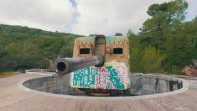 Παλαιό παράκτιο πυροβολικό με τα σύγχρονα γκράφιτι απόθεμα βίντεο