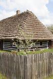 Παλαιό παραδοσιακό ξύλινο εξοχικό σπίτι στιλβωτικής ουσίας στο υπαίθριο μουσείο, Kolbuszowa, Πολωνία στοκ εικόνες