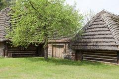 Παλαιό παραδοσιακό ξύλινο εξοχικό σπίτι στιλβωτικής ουσίας στο υπαίθριο μουσείο, Kolbuszowa, Πολωνία Στοκ φωτογραφίες με δικαίωμα ελεύθερης χρήσης